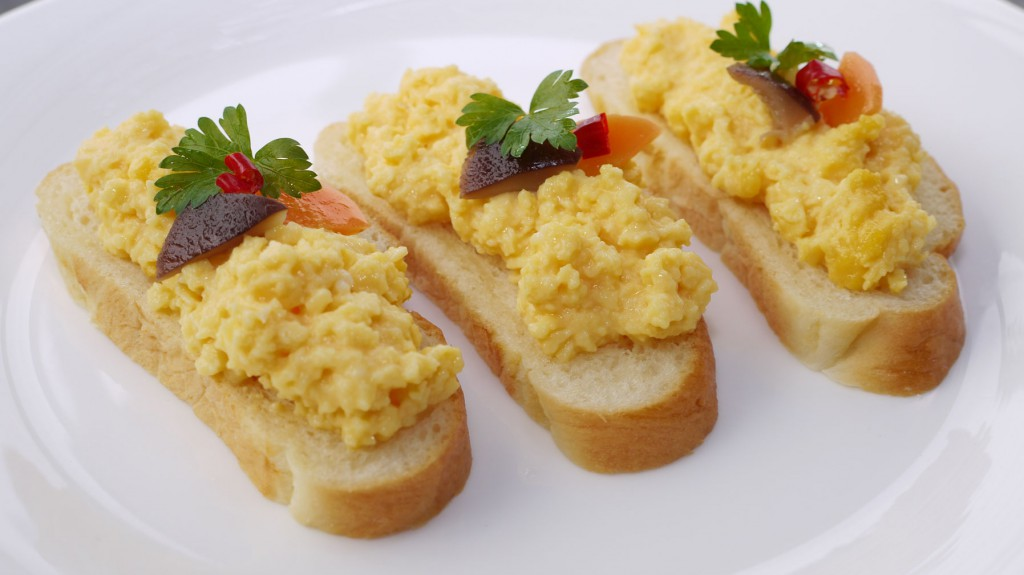 自家製パンとスクランブルエッグのカナッペ
