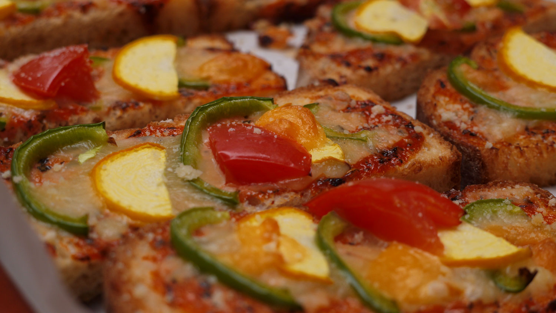 飯南野菜のパンピザ131025_秋の食卓バイキング提供