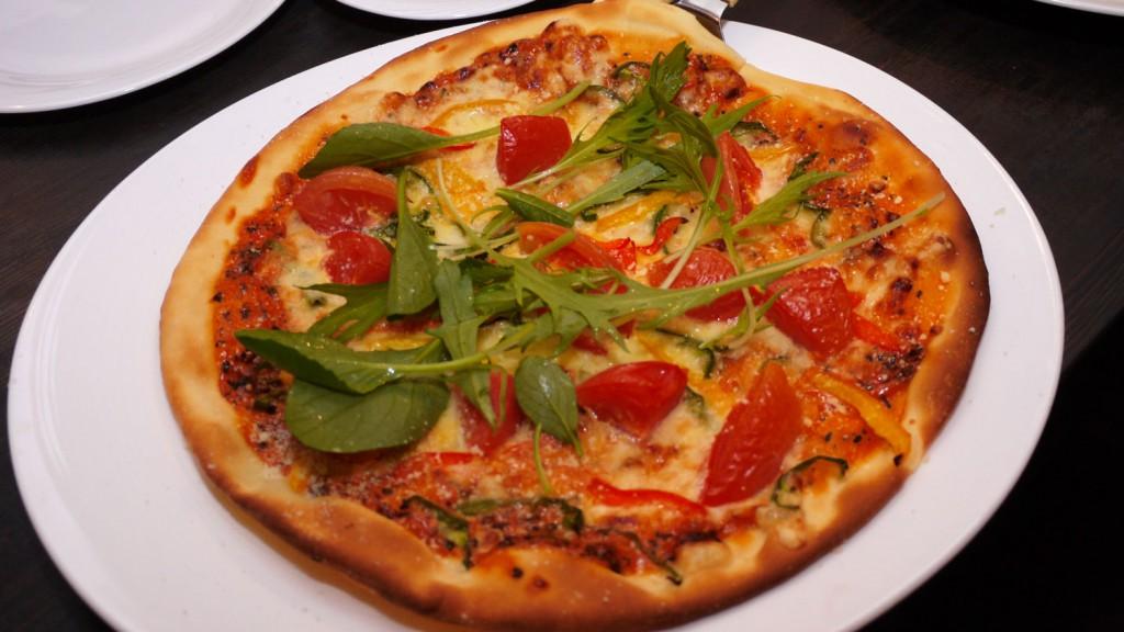 トマト風味の季節のピザ