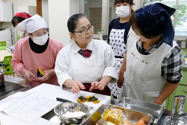 生徒さんに料理の方法を話す宮脇多太恵