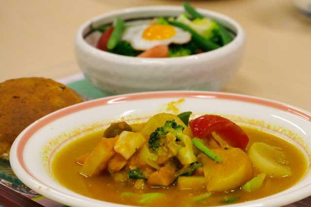 チキン野菜スープカレー風味 うづら卵のサラダ パンプキン・スコーン